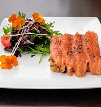Kramiektoast, huisgerookte zalm & lavendelmayonaise