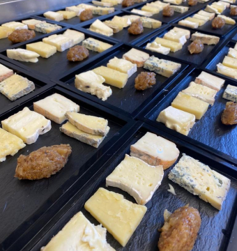 (als gerecht )Bordje mooi gerijpte hoevekaasjes, venkelmostarda, brood met noten en gekonfijte vruchten