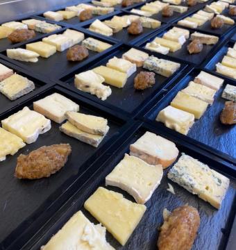 (ipv nagerecht) Bordje mooi gerijpte hoevekaasjes, venkelmostarda, brood met noten en gekonfijte vruchten
